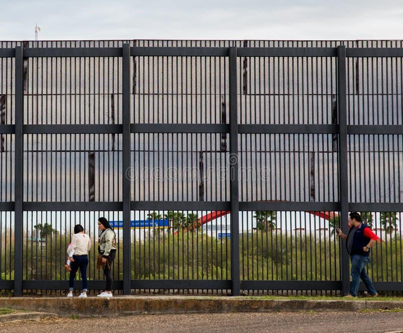 Стена границы США мексиканськая стоковые изображения rf