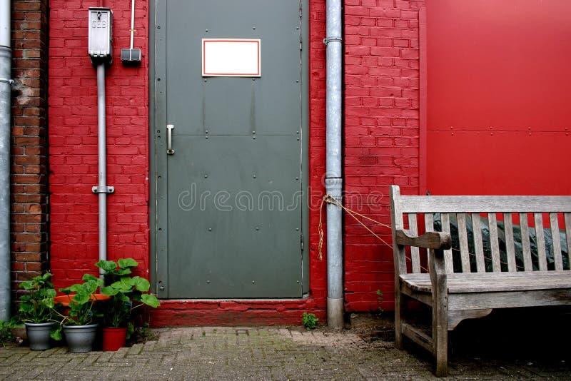 Download стена двери серая красная стоковое фото. изображение насчитывающей афоризмов - 486184