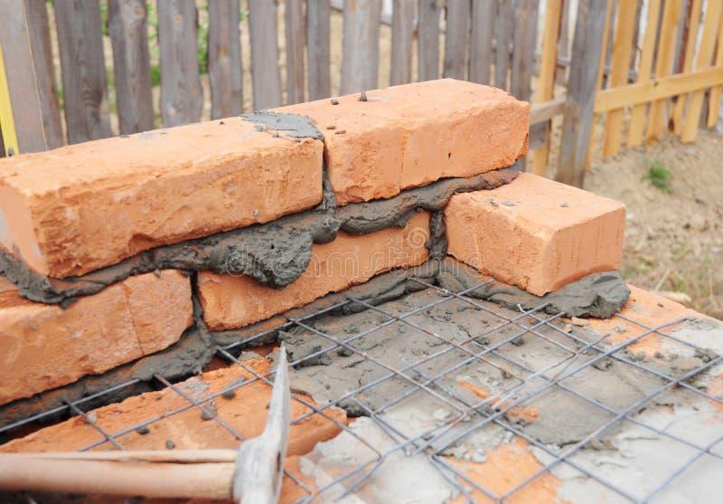 Стена дома кирпича здания Работы Bricklaying и masonry стоковые изображения