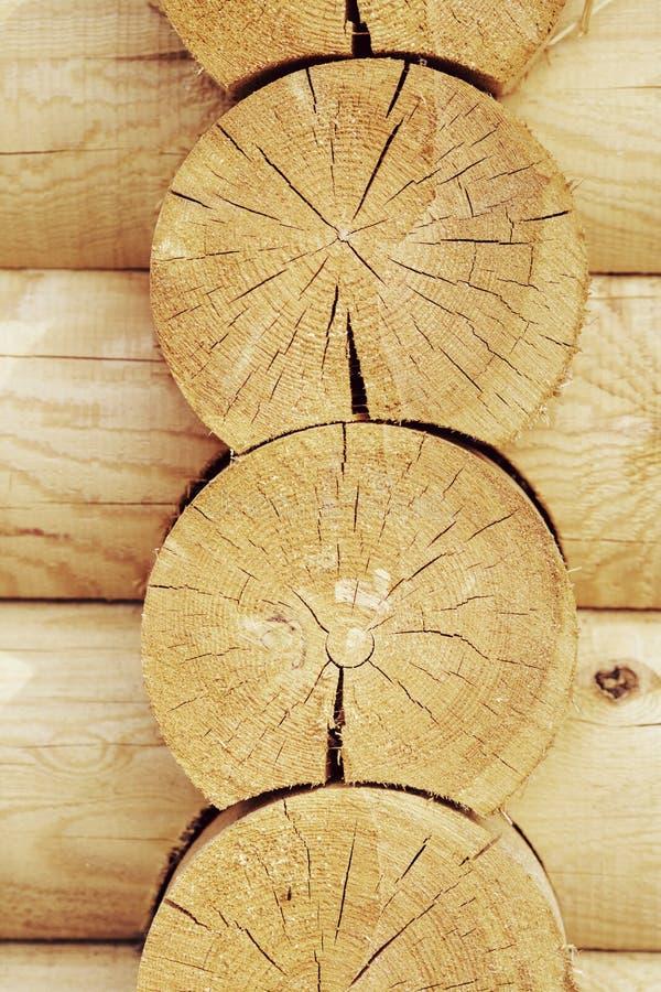 Стена деревянных домов от склеенных лучей стоковые изображения