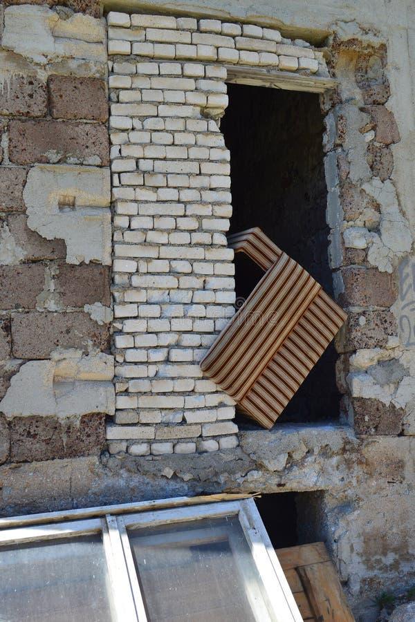 Стена загубленного промышленного здания и старой покинутой мебели - детали стоковая фотография