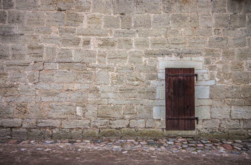 Стена замка и деревянная дверь стоковые фотографии rf