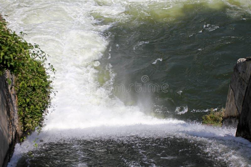 Стена запруды и переполнение запруды Iskar Вода пропуская над стеной запруды Туман поднимая над стеной запруды Iskar Каскад от hy стоковые фотографии rf