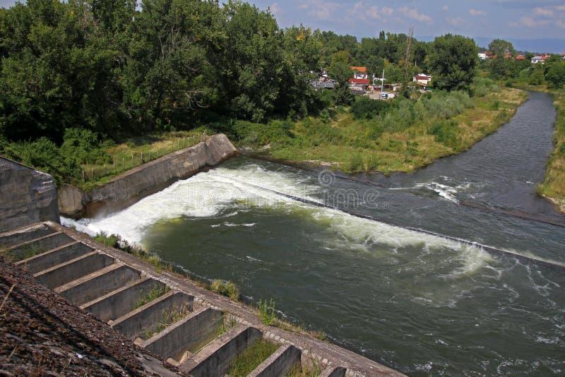 Стена запруды и переполнение запруды Iskar Вода пропуская над стеной запруды Туман поднимая над стеной запруды Iskar Каскад от hy стоковая фотография rf