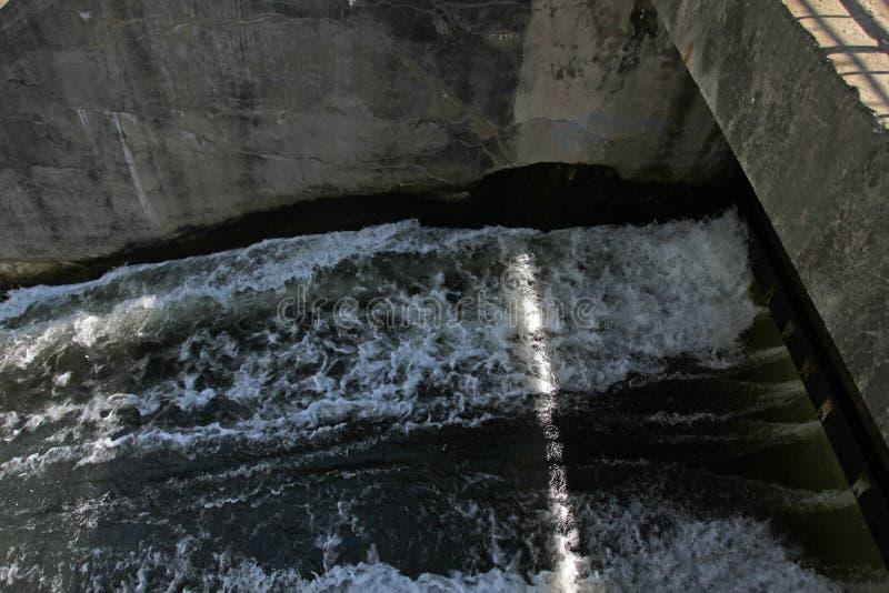 Стена запруды и переполнение запруды Iskar Вода пропуская над стеной запруды Туман поднимая над стеной запруды Iskar Каскад от hy стоковое фото