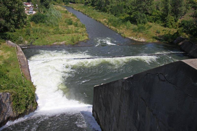 Стена запруды и переполнение запруды Iskar Вода пропуская над стеной запруды Туман поднимая над стеной запруды Iskar Каскад от hy стоковое изображение