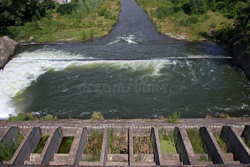 Стена запруды и переполнение запруды Iskar Вода пропуская над стеной запруды Туман поднимая над стеной запруды Iskar Каскад от hy стоковое фото rf
