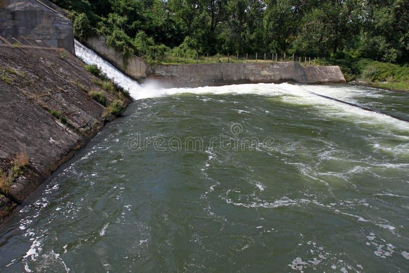 Стена запруды и переполнение запруды Iskar Вода пропуская над стеной запруды Туман поднимая над стеной запруды Iskar Каскад от hy стоковые изображения