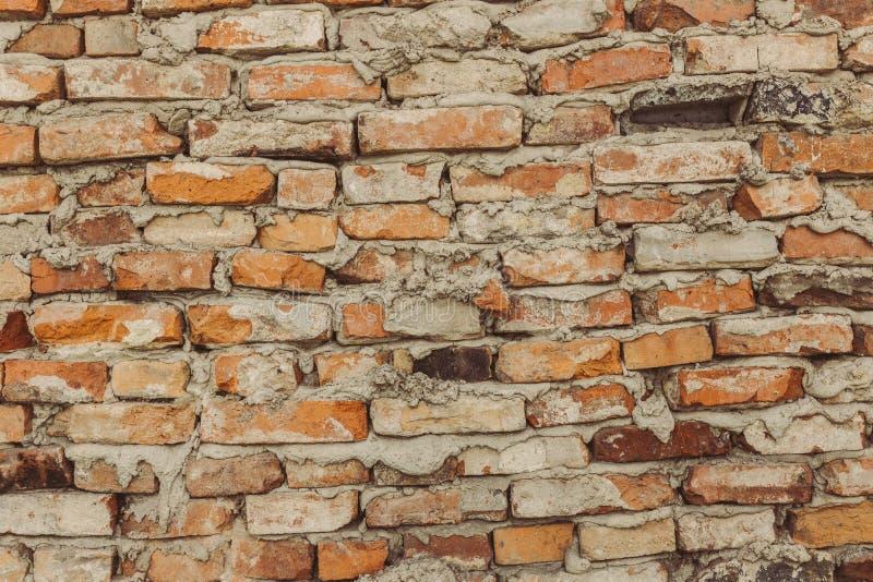 Стена из старого кирпича, коричневые кирпичики, неровные швы, кирпичики рухнули стоковые фото