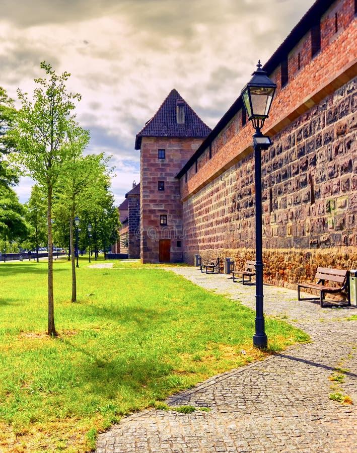 Стена и башня городища в старом городке, Нюрнберге, Германии стоковые фото
