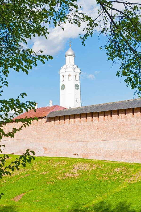 Стена и башня с часами Veliky Новгорода Кремля в csunny дне в Veliky Новгороде, России стоковая фотография