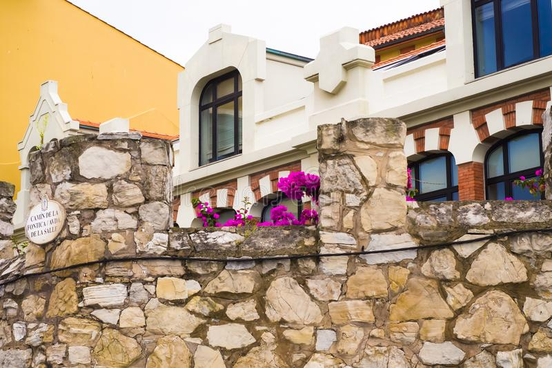 Стена и дом Gijon Испания стоковое изображение