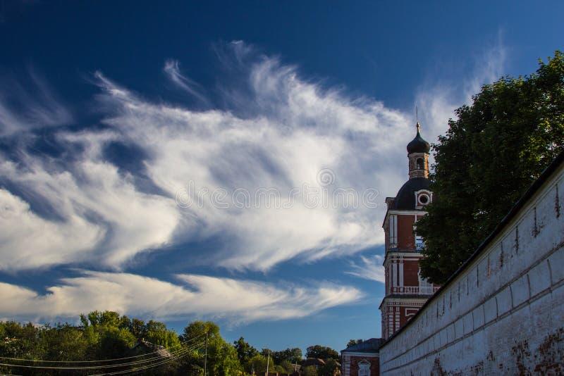 Стена и облака монастыря стоковая фотография