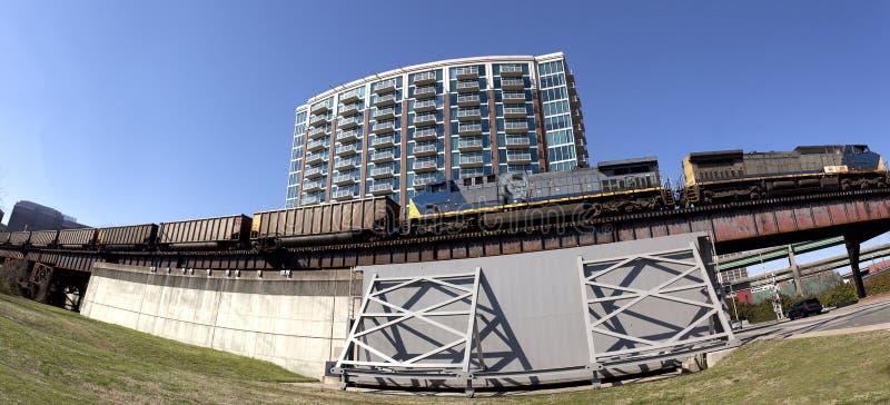 Стена и поезд потока стоковые фото