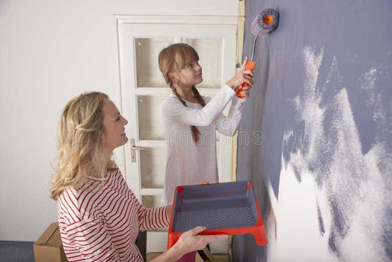Стена картины матери и дочери стоковая фотография rf