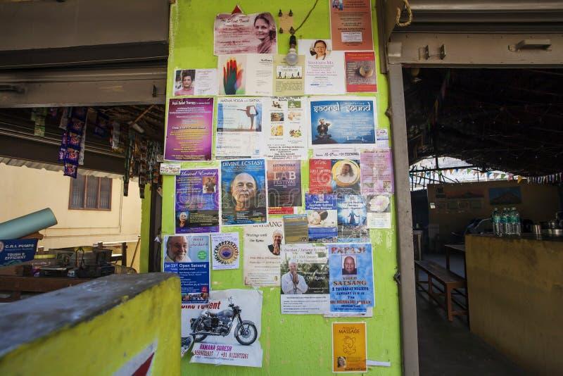 Стена кафа Sathya с плакатами приглашения будит учителей стоковое фото rf