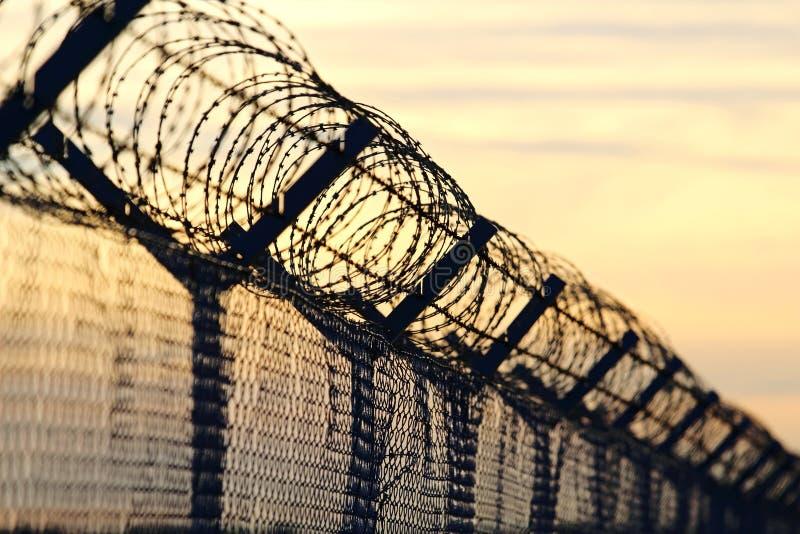 Стена колючей проволоки стальная против иммиграций в Европе стоковое фото rf