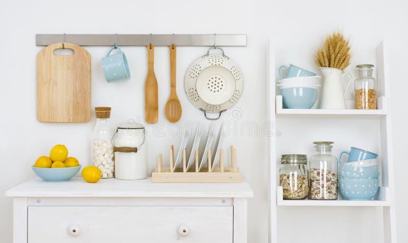 Стена кухни украсила интерьер с шкафом и полку с утварями стоковые фотографии rf