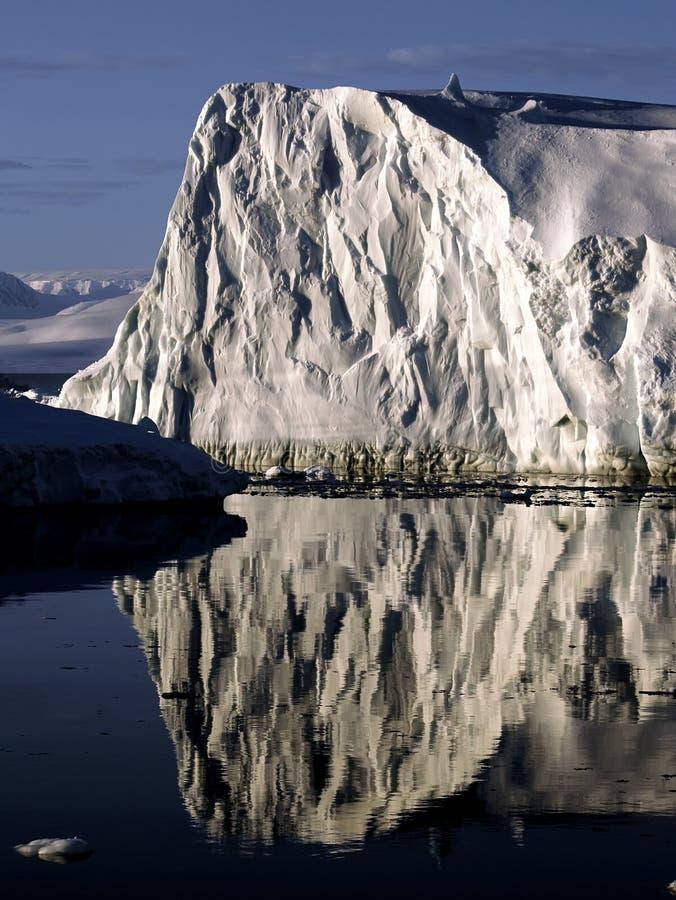 стена льда отражая стоковое фото