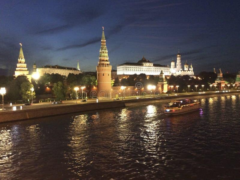 Стена Москвы Кремля и река Москвы к ноча стоковые фотографии rf