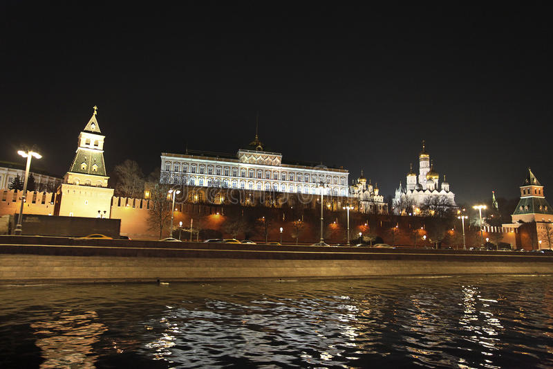 Стена Москвы Кремля и река к ноча, Россия Москвы стоковые фотографии rf