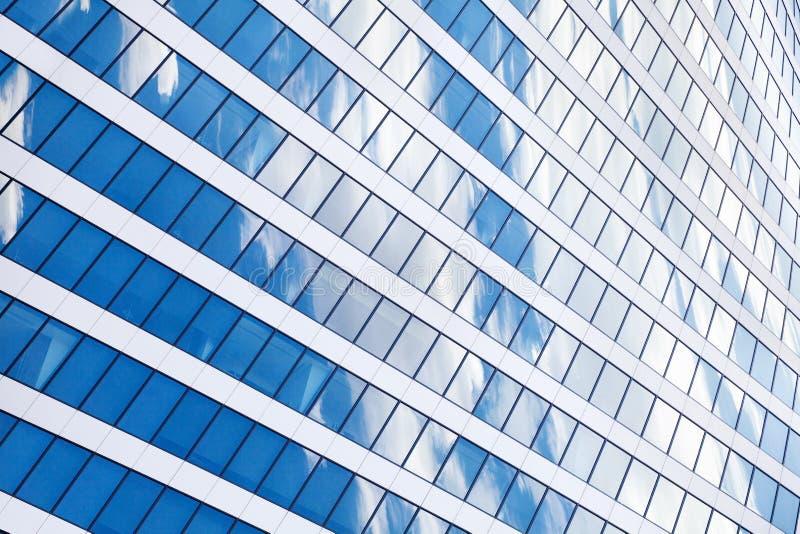 Стена небоскреба зеркала с голубым небом и белым концом отражения облаков вверх, современный взгляд делового центра стоковое изображение