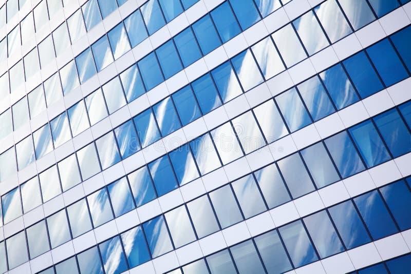 Стена небоскреба зеркала с голубым небом и белым концом отражения облаков вверх, современный взгляд делового центра стоковое изображение rf