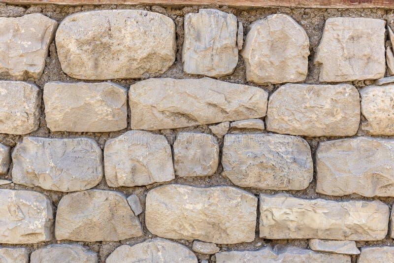 Стена дома выровнянного с камнями стоковые фотографии rf