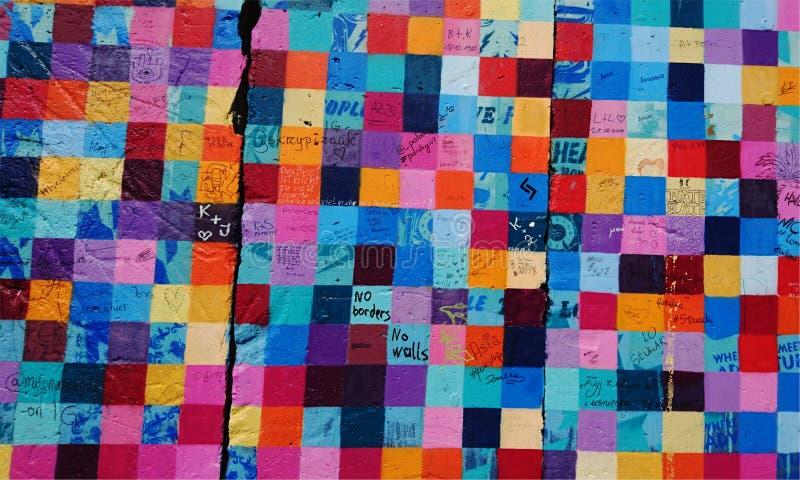 Стена покрашенных камней мозаики стоковое изображение rf