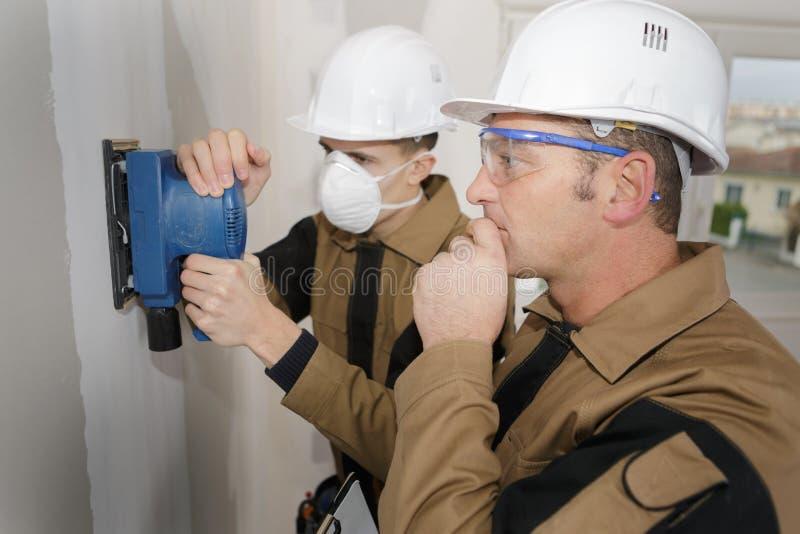 Стена подмастерья зашкурить с шлифовальным прибором силы стоковое изображение rf