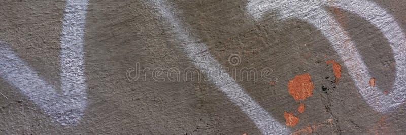 Стена предусматриванная с крошить гипсовый цемент с трассировками серебряной краски стоковое фото