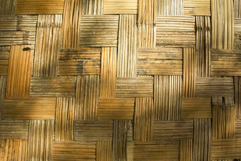 Стена сделанная бамбуковой текстуры с тенями стоковая фотография