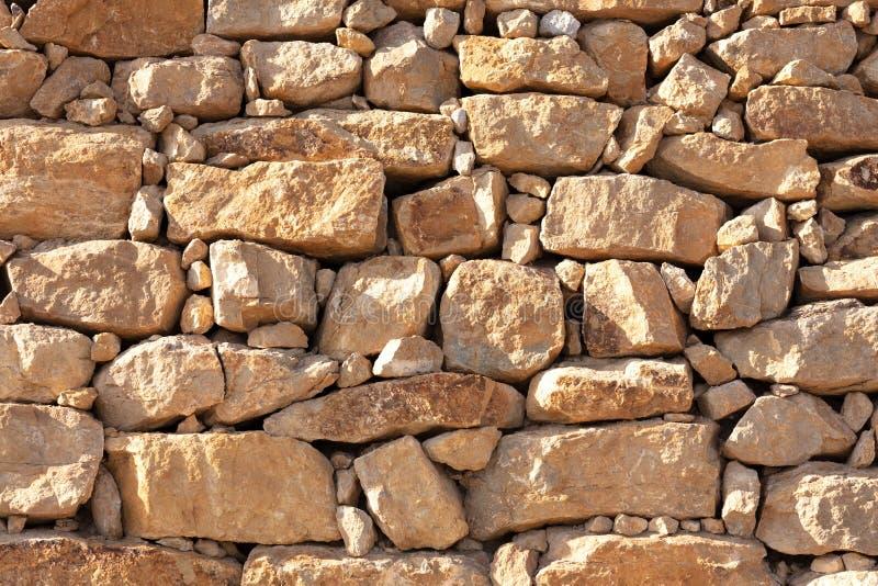 Стена скачками желтых камней стоковые фото