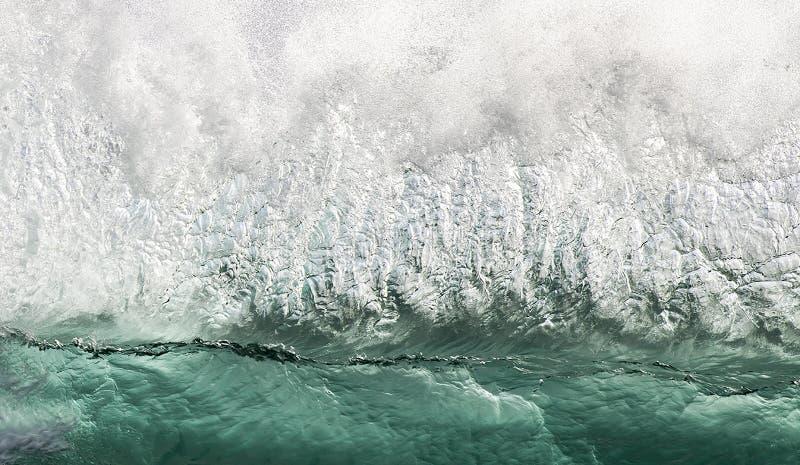 Стена сливающейся воды в зеленом и белом цвете, как разрывается волна стоковые фото