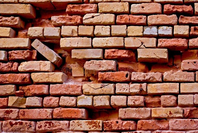 стена сломанная кирпичом красная стоковые фото