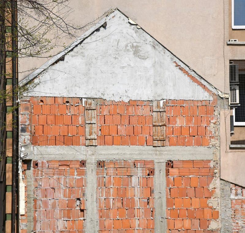 Стена сокрушенного старого здания стоковые фотографии rf