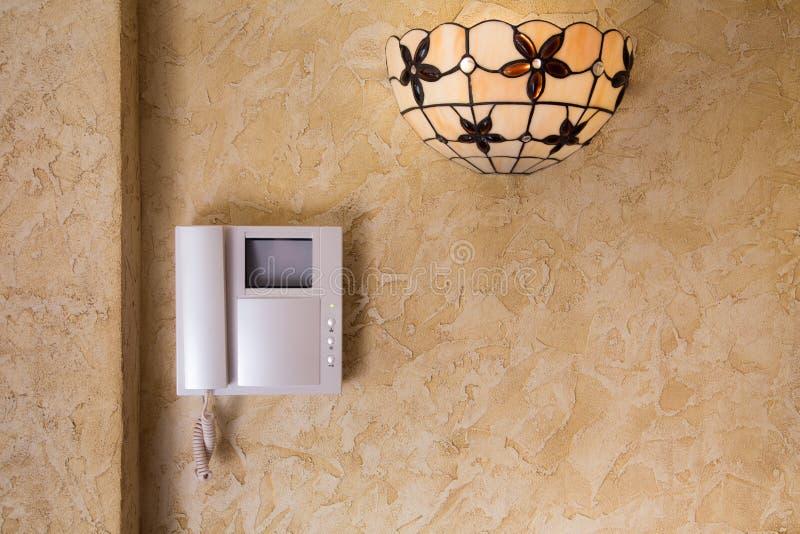 Стена с видео- оборудованием и лампой внутренной связи стоковая фотография rf