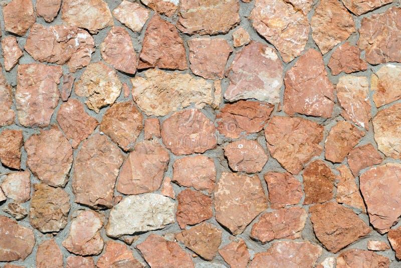 Стена сделанная из естественных естественных каменных гранита и песчаника стоковое изображение rf