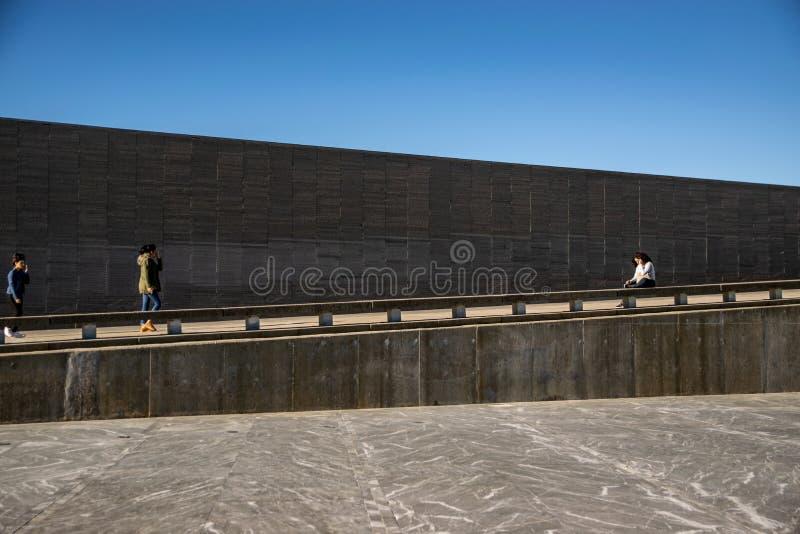 Стена с именами жертв насилия государства в парке памяти в Буэносе-Айрес, Аргентине стоковые изображения rf