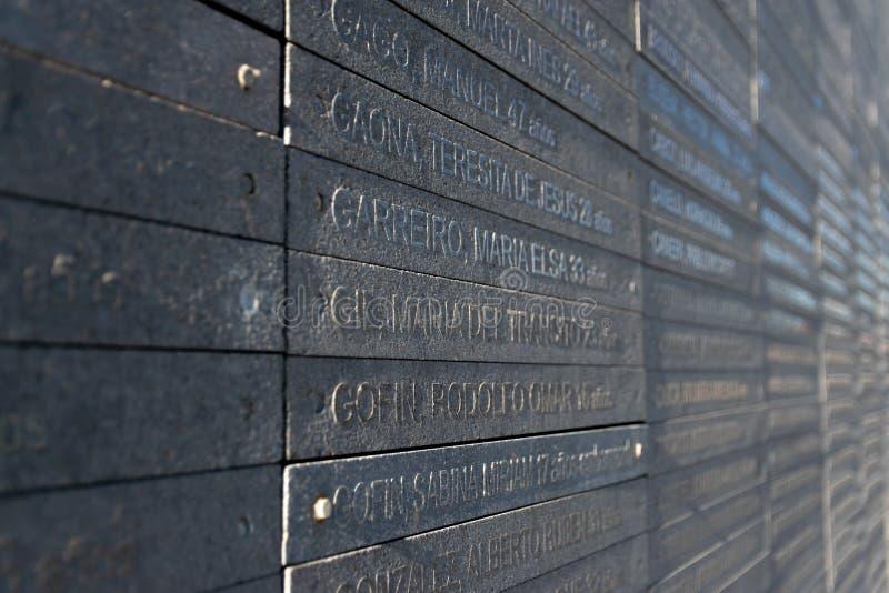 Стена с именами жертв насилия государства в парке памяти в Буэносе-Айрес, Аргентине стоковые фото