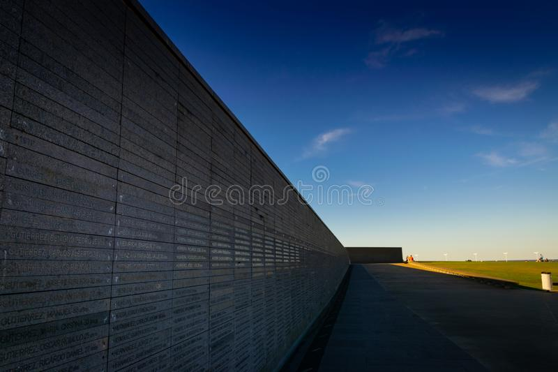 Стена с именами жертв насилия государства в парке памяти в Буэносе-Айрес, Аргентине стоковая фотография rf