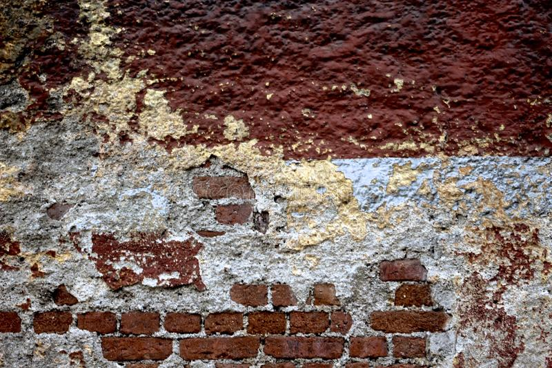 стена сломанная кирпичом стоковые фото