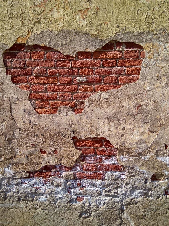 стена с отказами красного кирпича видимыми сквозными стоковые фото