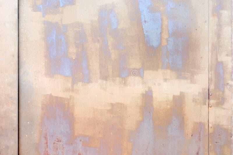 Стена с пятнами и пятнами бежевого и серого Красивая текстура гипсолита и краски Необыкновенная предпосылка стоковое фото