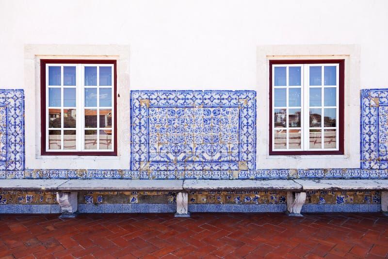 Стена с старыми португальскими плитками и окнами стоковое изображение