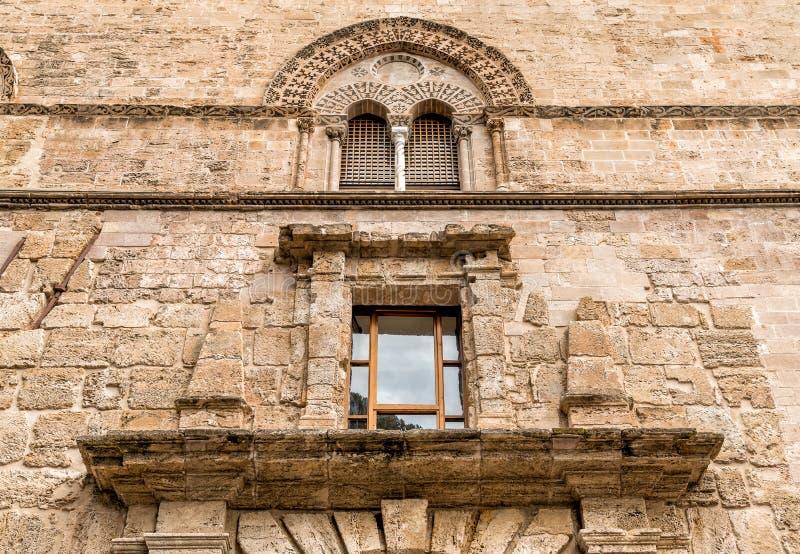 Стена с Mullioned окнами с инкрустациями камня лавы дворца Steri Chiaramonte, Палермо, Сицилии, Италии стоковые изображения rf