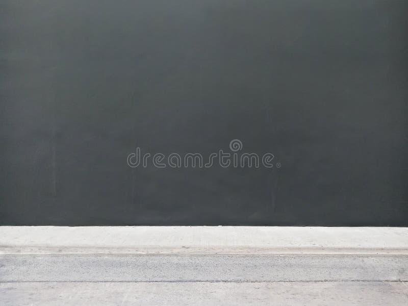 Стена темной черноты и конкретный пол на улице стоковые фото