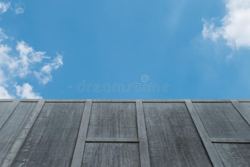 Стена цемента на небе стоковая фотография