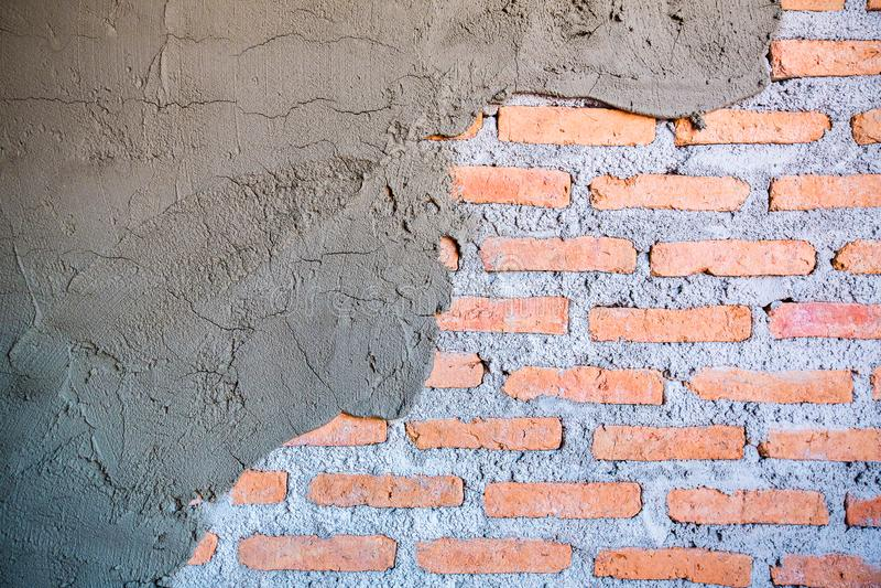 Стена цемента трескала Показано о кирпиче стены стоковое фото