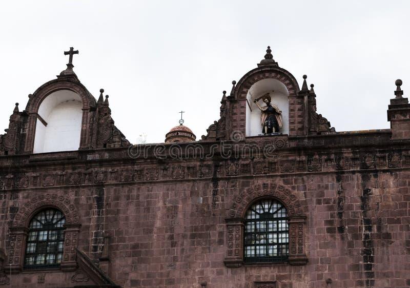 Стена церков со статуей Cusco Перу Южной Америкой стоковая фотография